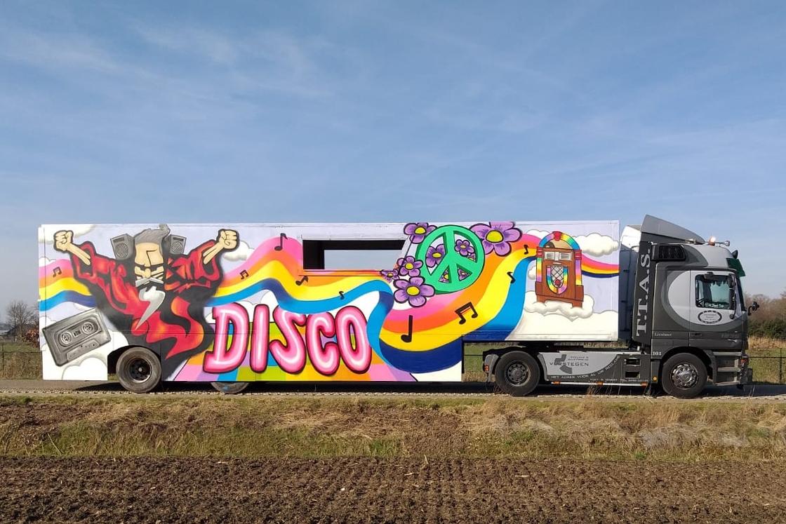 https://joepvanlinder.nl/wp-content/uploads/2019/04/portfolio-detail-carnaval.jpg